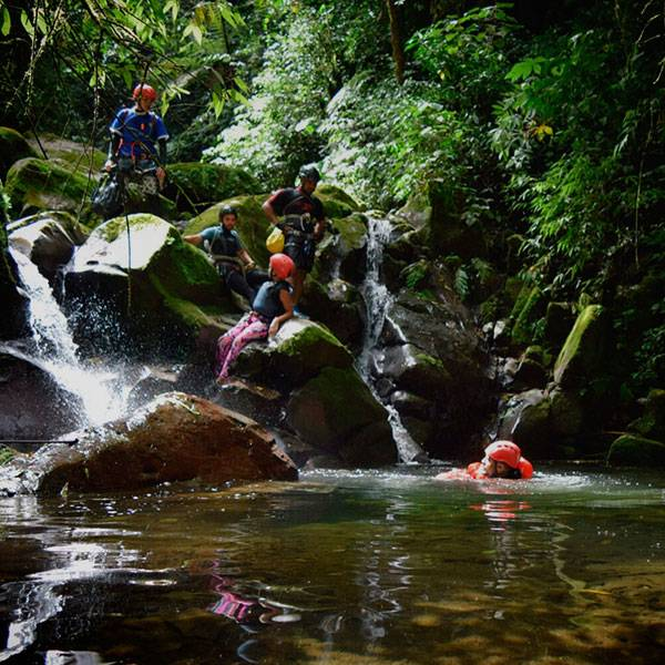 vacaciones de aventura barranquismo en Turrialba